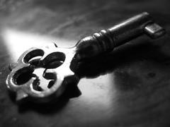 La llave de mis sueños.. (Laureano Moreno) Tags: bw macro luz metal madera bn reflejo malaga llave brillo ltytr2 ltytr1 ltytr3 ltytr4 ltytr5