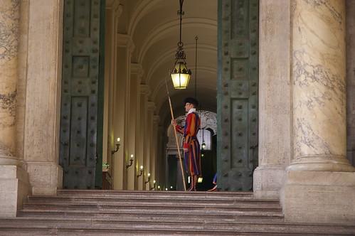 梵蒂岡教堂外的衛兵 -衣服可是米開朗基羅設計的
