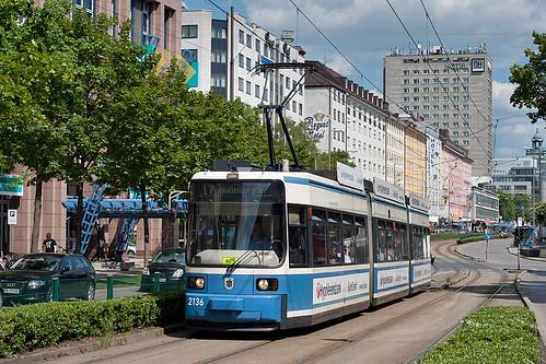R2.2-Wagen 2136 fährt durch die Arnulfstraße