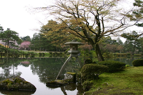 Kasumiga-ike (pond) and the Kotoji Stone Lantern