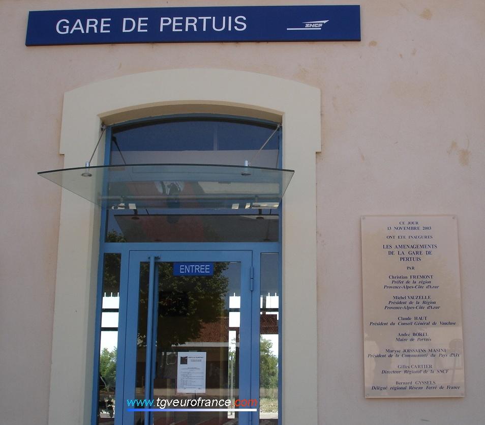 Entrée de la gare sur la ligne du Val de Durance (Marseille - Aix-en-Provence - Gap - Briançon)