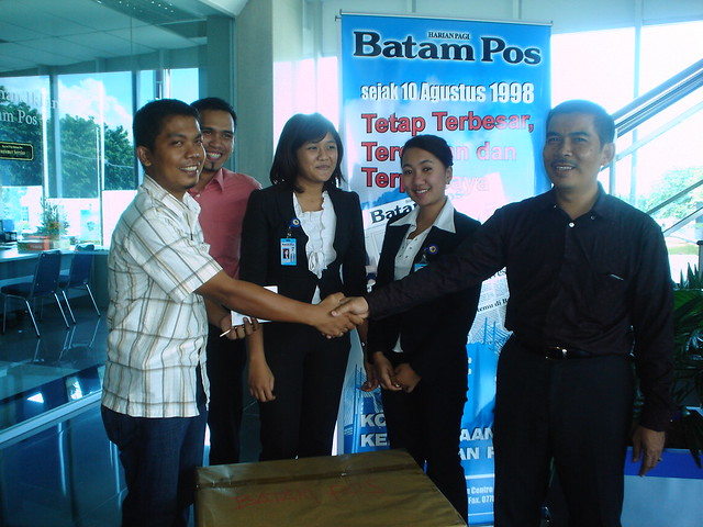 PAk Usep serahkan TV Ke pemenang Undian BATAM POS. robby