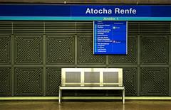 Estación de metro (El Tecnorrante) Tags: madrid viaje españa station wall chair metro furniture silla estacion subte urbano turismo pasillo mueble urbanismo atocha urbe renfe