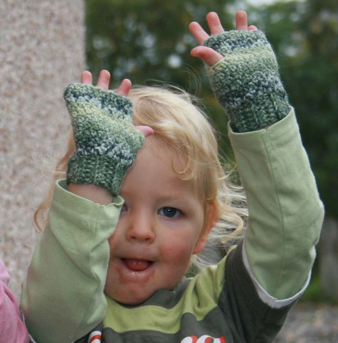 Fingerless Gloves Knitting Pattern For Toddlers : Ramblings of a yarn junkie: Free pattern - Rowans Wristies