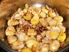Cerdo con castañas-dorar cebolla