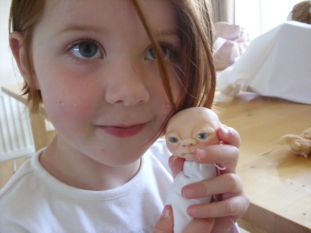 Pequeño elfo con una niña