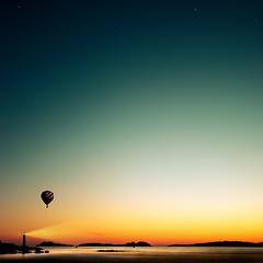 despegas al atardecer (Ibai Acevedo) Tags: light sunset sky lighthouse color luz water atardecer fly agua cielos takeoff globo aventura suerte inmensidad volar partida despegar casualidad posibilidades lighthome cissshh