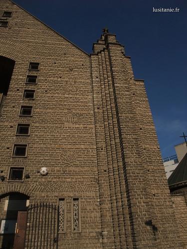 A fachada têm vários motivos. A espécie de bola de futebol é de facto um altifalante