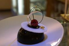 Microtorta con cremoso speziato ai lamponi e mousse di cioccolato 66%