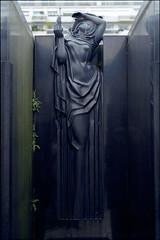 tombe Jacques Rhulmann, cimetière de Passy, Paris (Xavier de Jauréguiberry) Tags: sculpture paris france cemetery îledefrance tomb tombe cimetière cimetièredepassy ruhlmann monumentfunéraire jacquesruhlmann