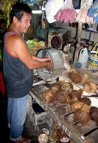 Surigao City market, Mindanao coconut grating shredding niyog market machineBuhay Pinoy Philippines Filipino Pilipino  people pictures photos life Philippinen  菲律宾  菲律賓  필리핀(공화국)