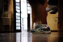 (lincoln koga) Tags: people colors face cores pessoas dof gente expression amarelo tenis ps pernas 2008 piso desfoque emoo expresso rostos crescimento lincolnkoga amadurecimento anocheiodeinspirao