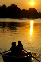 Romance... (Samuel Thomas Beech) Tags: london boat rowing romantic hydepark rowingboat