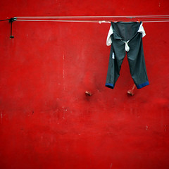 1319 (sul gm) Tags: red muro portugal wall pared rojo lisboa lisbon trousers pantalones clothesline lissabon alfama tendal pantaln explore12 saulgm artlibre ltytr2 ltytr1 ltytr3 artlibres top20red