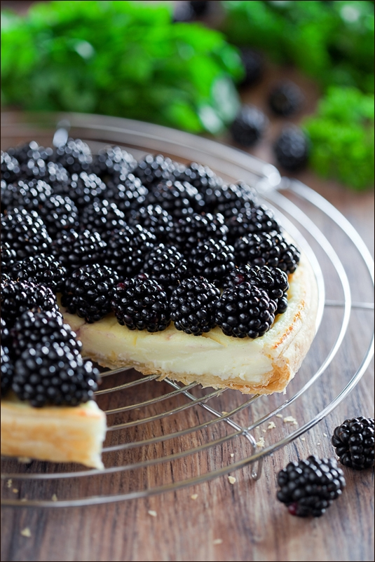 Tart with blackberries and cream cheese