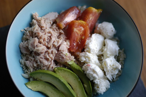 brown rice with tomatoes and tuna