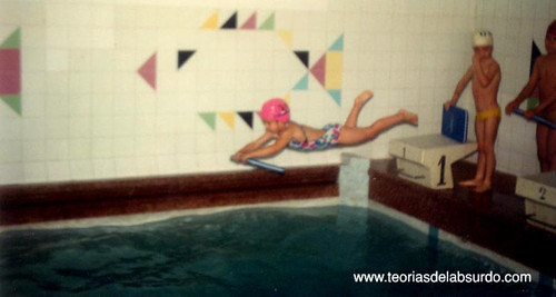 patricil tirándose a la piscina de barriga