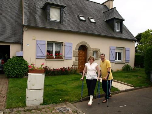 Clopin et Clopan devant leur maison