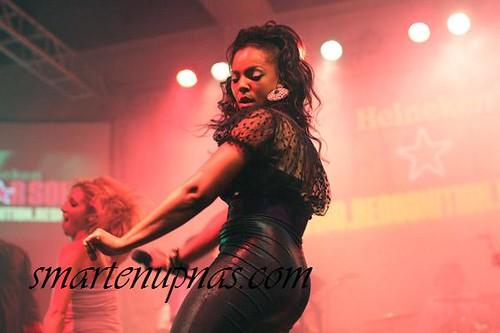 ashanti popping her pum pum on stage