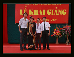 FTU 17 Sep 2008, avec mes collgues de la section de Marketing (simba_zx) Tags: school marketing universit vietnam hanoi traditionalcostume economics rentre crmonie hano vitnam internationalbusiness silkdress hni ftu esce odi foreigntrade langeskleid khaiging robetraditionnelle lkhaiging ihcngoithng foreigntradeuniversity trangphctruynthng longuerobe nationalkleid commerceextrieur rentreuniversitaire ngoithng