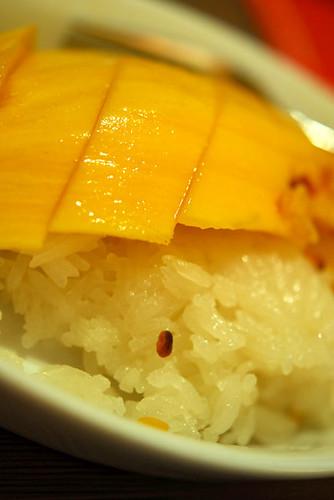Mango sticky rice served with coconut milk - DSC_2810