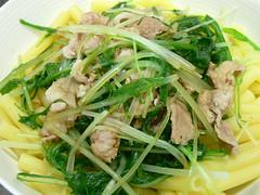 豚バラ肉と水菜のマカロニ丼