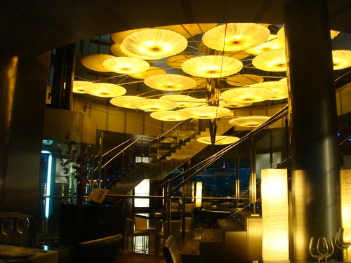 Centro del restaurante y lampara desde la planta inferior