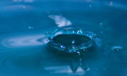 [フリー画像] テクスチャ・背景, 水, ブルー, 波紋, 水の王冠, 200807071100