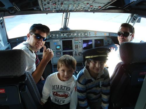 Nicolas y Rodrigo en la cabina del avión