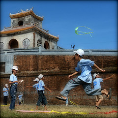 Go fly a kid :) (NaPix -- (Time out)) Tags: kite festival fun play citadel vietnam chapeau hue themoulinrouge 500x500 childrenplay hu thekiterunner visiongroup thegardenofzen theroadtoheaven napix winner500 atqueartificia oraclex goflyakid