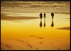 Siluetas hacia el mar (inmacor) Tags: sunset sea france beach water relax landscape atardecer golden mar sand searchthebest silhouettes playa arena paseo amarillo tres reflexions stroll francia soe siluetas dorado bains merslesbains mywinners aplusphoto ltytr2 ltytr1 karmanominated diamondclassphotographer flickrdiamond superlativas goldstaraward inmacor lamanoamiga aydltytr