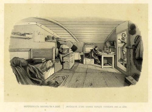 Interior de una gran barcaza cubierta en el rio Lena