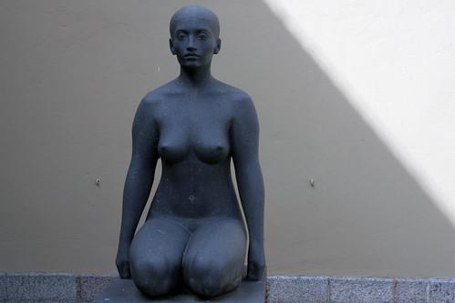Knieende weibliche Figur