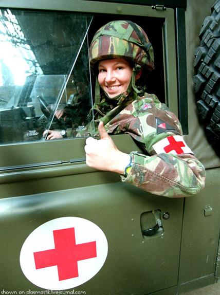 Девушки служат в армии.