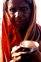 Out of focus (miguel valle de figueiredo) Tags: india mulher beggar mumbai whois pedinte pobreza casts castas mombay intocveis goldstaraward