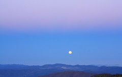 Setting full-moon: over Andacollo, 2 of 3 (fotoeins) Tags: chile sky moon mountain sunrise canon eos horizon kitlens fullmoon moonset xsi andacollo pachon eos450d henrylee 450d canonefs1855mmf3556is fotoeins henrylflee fotoeinscom