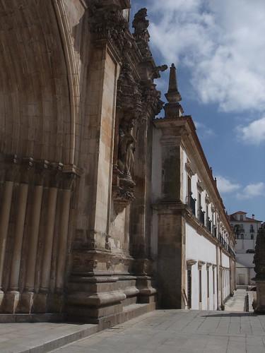 As paredes brancas reflectem a luz de Portugal