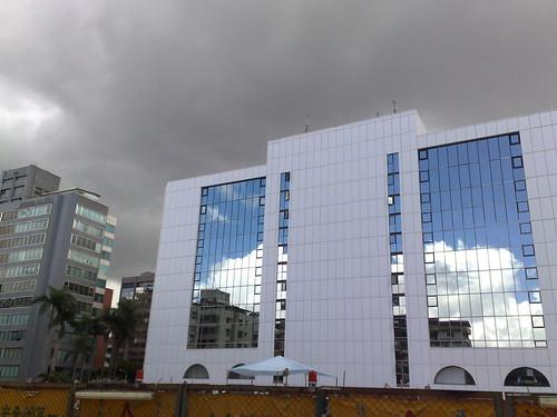 窗上有藍天 sky blue in the windows (by tenz1225)