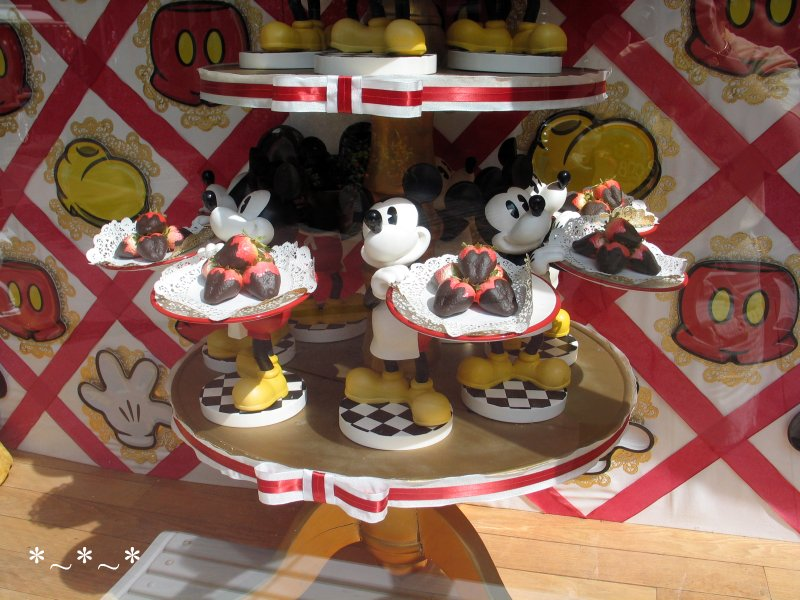 IMG_6733-Disney-Magic-Kingdom-Mickey-Mouse-Serving-Strawberries