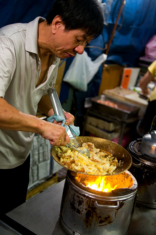 Making kuaytiaw khua kai, rice noodles fried with egg and noodles, on Charoen Krung Soi 16