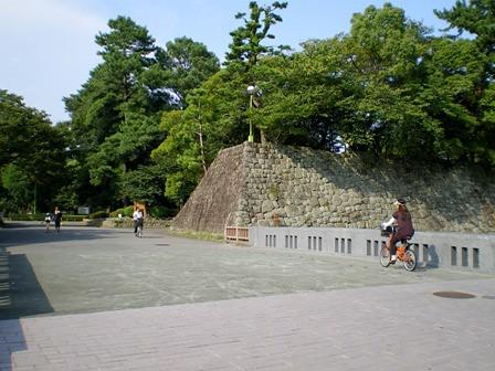 駿府公園の入り口。そして人々。