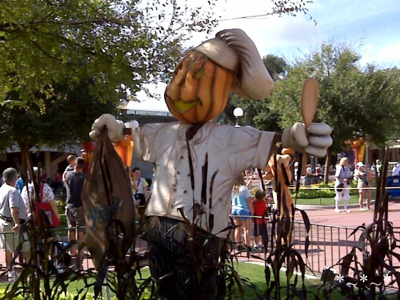 IMG00932-Disney-Magic-Kingdom-Halloween-decorations-scarecrow-chef