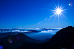 A Perfect Day on Snowdon (James Whitaker) Tags: wales bluesky perfectday adventure lensflare mountaineering snowdon sunsrays cribgoch caernarfon beautifulday cotcmostinteresting smallaperture aplusphoto theunforgettablepictures christmas2008 momentslaterilostmygorillapod