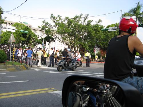馬先生的國民黨九流政府用拒馬刀片鐵籠警棍對付人民言論集會