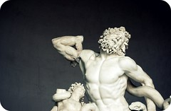 With both his hands he labors at the knots; (ingephotography) Tags: italy sculpture vatican rome roma art museum greek italia roman kunst story gods legend tale italie aeneid aeneas laocoon verhaal beeldhouwwerk vaticaan mythic mythen grieks legende laocon romeins musea laokoon laokon