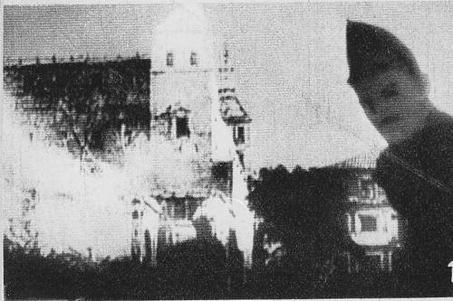 Miliciano posa en Zocodover con el Alcázar al fondo durante el asedio del verano del 36