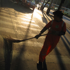 acariciando el asfalto / caressing the asphalt (ix 2015) Tags: morning woman sun sol maana mxico mexico soleil mujer df reforma morgen sweep broom squart matin escoba barrer cuadrada israfel67