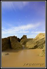 ARENA SOLIDA (J.M GALLEGO-Sevilla) Tags: estrellas nocturnas playas rocas