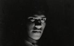 Negro ( Plateada) Tags: bw byn film blanco 35mm minolta retrato portait negro bn scan pelicula jere laboratorio analogic jeremias analogico escaneo iluminacinabasedecelularesylaserdelmousejijijiji tambienhaygrises xjag2k