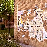 Muro con carteles